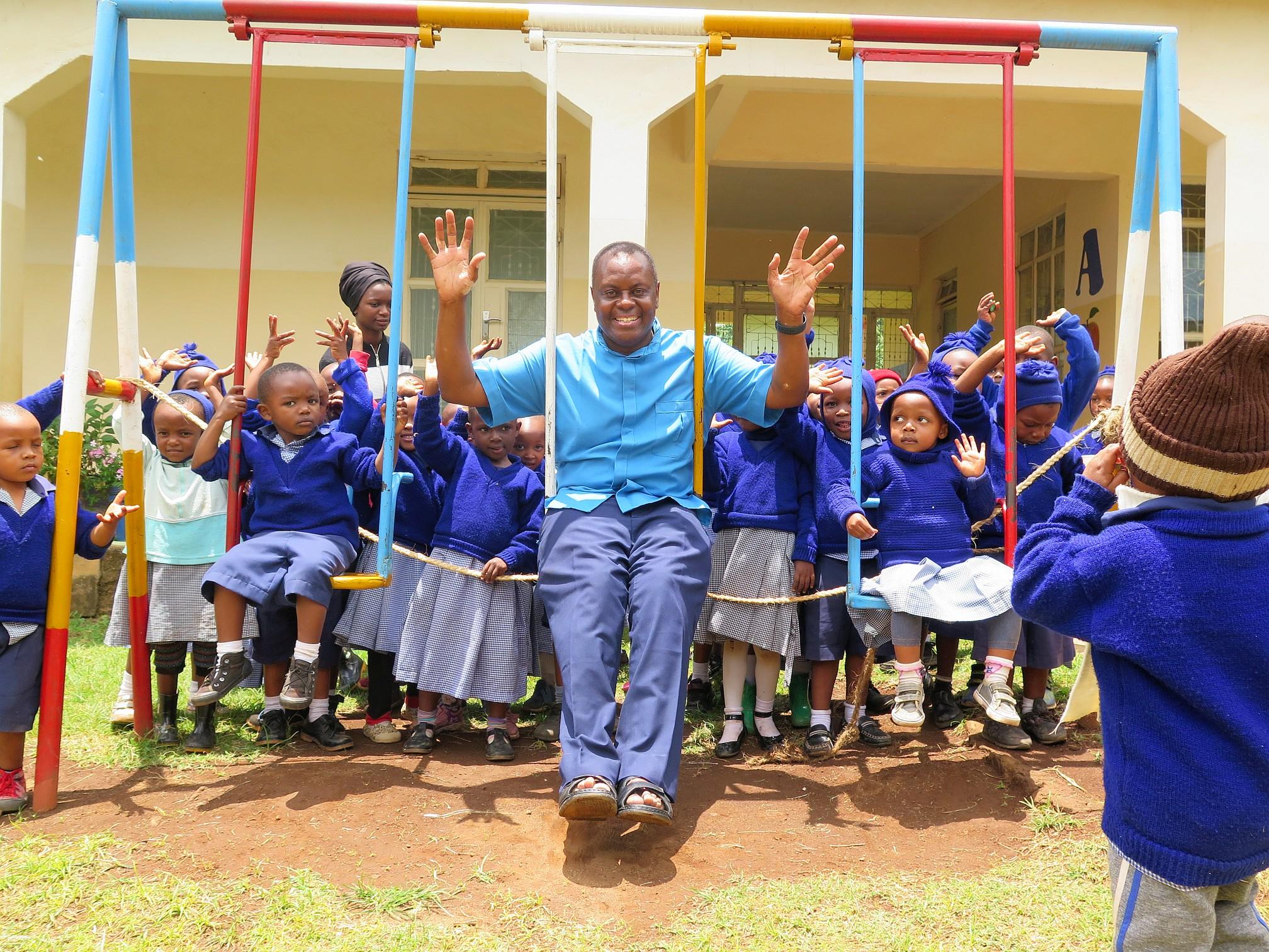 Besuch von Pater Aidan im Kindergarten