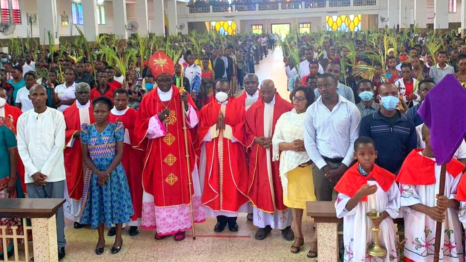 Palmsonntag Messe mit Pater Aidan in Moshi